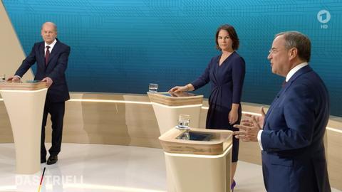 Kanzlerkandidat Olaf Scholz, Kanzlerkandidatin Annalena Baerbock, und Kanzlerkandidat Armin Laschet reden miteinander im Fernsehstudio (dpa)