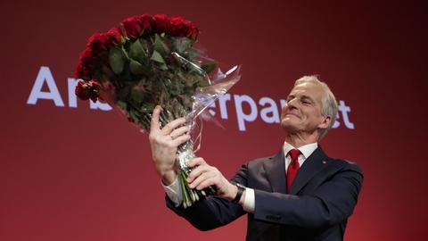Der Vorsitzende der Arbeiterpartei, Jonas Gahr Støre, hält einen Strauß roter Rosen bei der Wahlmahnwache der Arbeiterpartei für die Parlamentswahlen 2021 im Volkshaus in Oslo, Norwegen.  (dpa)