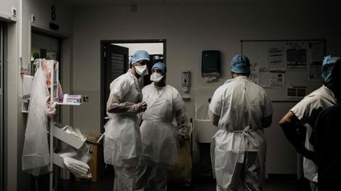 Mitarbeiter im Krankenhaus Lyon-Sud in Frankreich tragen medizinische Schutzausrüstung. (AFP)
