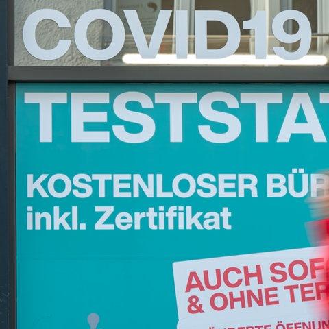Eine Person geht im Stadtteil Münchener Schwabing an einer Covid-19 Teststation vorbei, die auch kostenlose Bürgertest inklusiv Zertifikat und ohne Termin anbietet (Archivbild). (dpa)