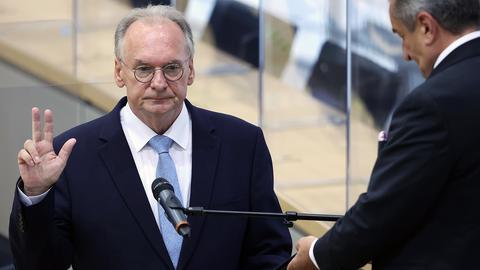 Reiner Haseloff wird im Landtag von Sachsen-Anhalt vereidigt. (dpa)