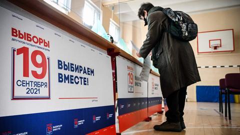 Eine Frau gibt in Moskau ihre Stimme ab (AFP)
