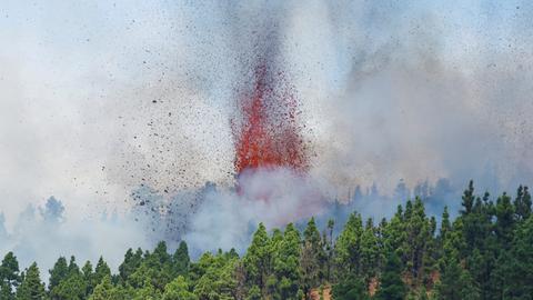 Eine Eruption mit Rauch und Glut (REUTERS)