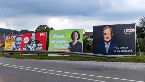 Wahlplakate an einer Straße (imago images/Arnulf Hettrich)