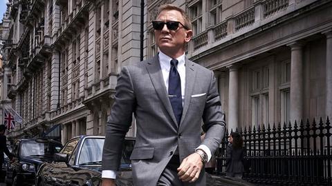 """Daniel Craig mit Sonnenbrille und Anzug in einer Szene aus """"James Bond - Keine Zeit zu sterben"""". (picture alliance/dpa/Universal P)"""