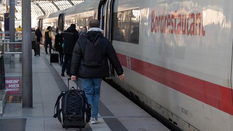 Reisende steigen am Hauptbahnhof in Berlin in einen Fernzug. (dpa)