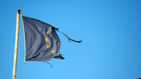 Eine zerissene Europa-Flagge flattert auf dem Passagierterminal im Hafen von Vathy auf der griechischen Insel Samos (Archivbild 2016). (dpa)