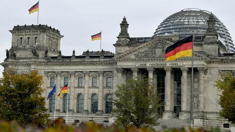 Blick auf das geflaggte Reichstagsgebäude: Mit seiner konstituierenden Sitzung nimmt der neu gewählte Bundestag nun seine Arbeit auf. (dpa)