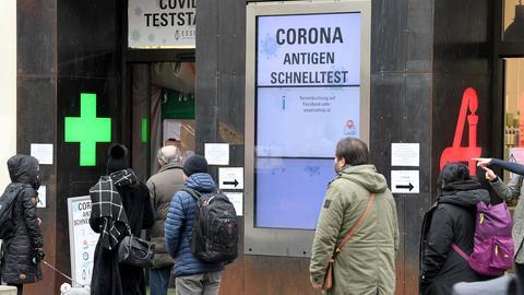 Wien: Menschen warten vor einer Covid-Teststation in einer Apotheke, um sich mit Antigen-Schnelltests auf das Coronavirus testen zu lassen. (dpa)