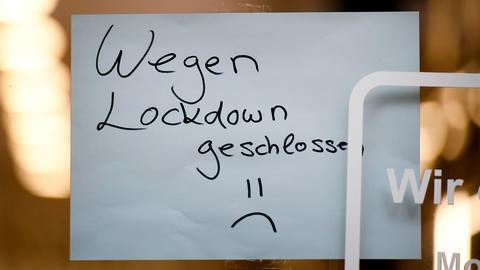"""Ein Schild mit der Aufschrift """"Wegen Lockdown geschlossen"""" hängt in einem Geschäft in Köln (AFP)"""