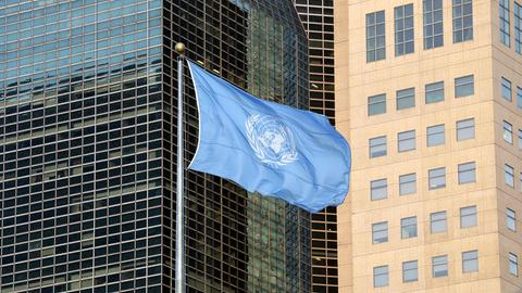 Die Flagge der UN weht vor dem Gebäude der Vereinten Nationen in New York (AFP)