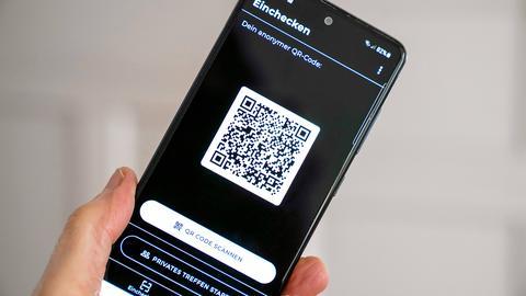 In der Luca-App wird ein QR-Code auf einem Smartphone angezeigt (imago images/Friedrich Stark)
