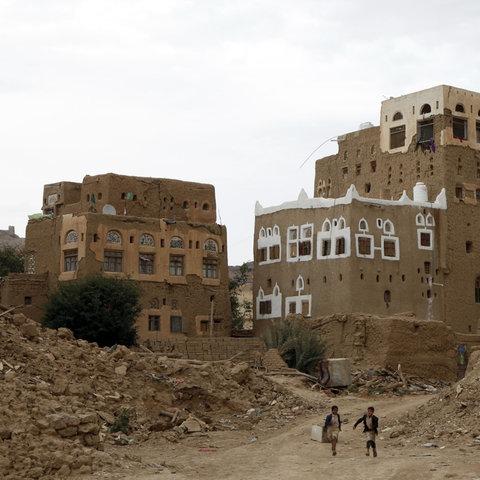 Jemen: Kinder gehen an Häusern vorbei, die während des anhaltenden Krieges in der Provinz Saada durch Luftangriffe zerstört wurden. (dpa)