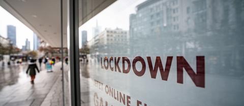 """""""Lockdown"""" steht im Schaufenster eines geschlossenen Kaufhauses auf der Frankfurter Zeil, das darunter zum Online-Einkauf rät (Archivbild). (dpa)"""