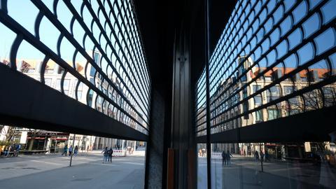 Das Gitter eines Schaufensters an einem Ladengeschäft im Stadtzentrum in Leipzig ist zur Hälfte heruntergelassen. (dpa)