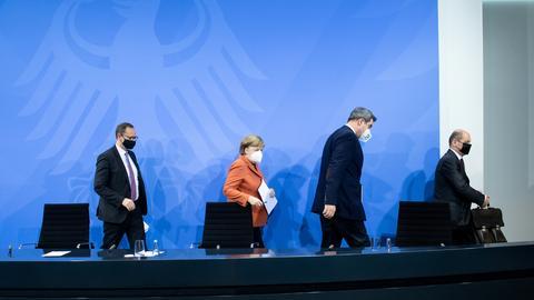 Michael Müller, Angela Merkel, Markus Söder und Olaf Scholz (von links) nach der Pressekonferenz zum Corona-Lockdown (REUTERS)