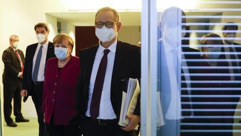 Kanzlerin Angela Merkel, Bayerns Ministerpräsident Markus Söder und Berlins Regierender Bürgermeister Michael Müller auf dem Weg zur Pressekonferenz (AP)