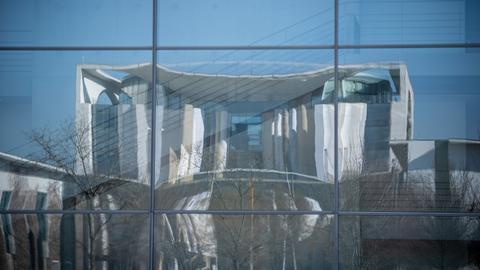 Das Bundeskanzleramt spiegelt sich in der Fassade des Bundestags-Gebäudes, dem Paul-Löbe Haus.  (dpa)