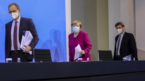 Berlins regierender Bürgermeister Michael Müller, Bundeskanzlerin Angela Merkel, und der bayerische Ministerpräsident Markus Söder kommen nach den Bund-Länder-Beratungen zur Pressekonferenz (v.l.). (EPA)