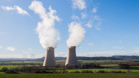 Dampf steigt aus den Kühltürmen des Atomkraftwerks (AKW) Grohnde auf (dpa)