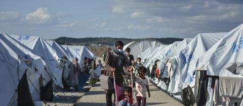 Eine Mutter geht mit ihren Kindern durch das Flüchtlingslager Kara Tepe auf Lesbos (Griechenland) (dpa)