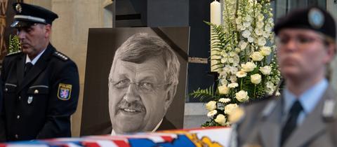 Ein Foto des ermordeten Kasseler Regierungspräsidenten Lübcke bei der Trauerfeier im Juni 2019. (dpa)