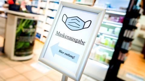 """Ein Schild mit der Aufschrift """"Maskenausgabe"""" steht im Eingang einer Apotheke. (dpa)"""