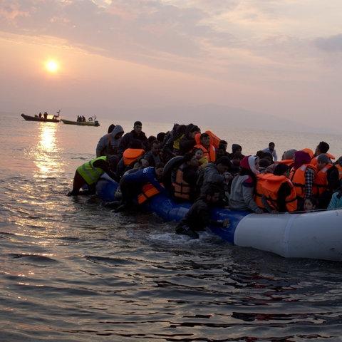 Im März 2017 kommen Flüchtlinge in einem Schlauchboot an der Küste von Lesbos (Griechenland) an (AP)