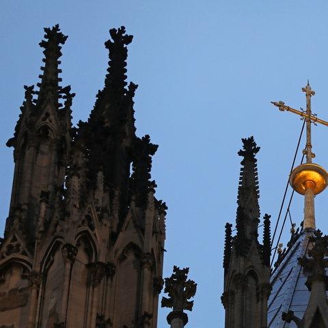 Kreuz auf dem Kölner Dom (dpa)