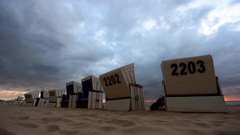 Strandkörbe stehen am Strand von Westerland (dpa)