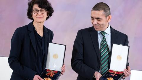 Ugur Sahin (r) und Özlem Türeci (dpa)