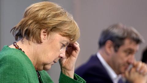 Bundeskanzlerin Merkel und der bayerische Ministerpräsident Söder bei der Pressekonferenz im Anschluss an die Bund-Länder-Beratungen. (AFP)