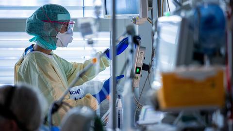 Eine Krankenschwester dokumentiert auf der Intensivstation Behandlungsschritte  (dpa)
