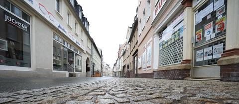 Menschenleer ist eine Einkaufsstraße in der Stadt Zeulenroda-Triebes (Thüringen). (dpa)