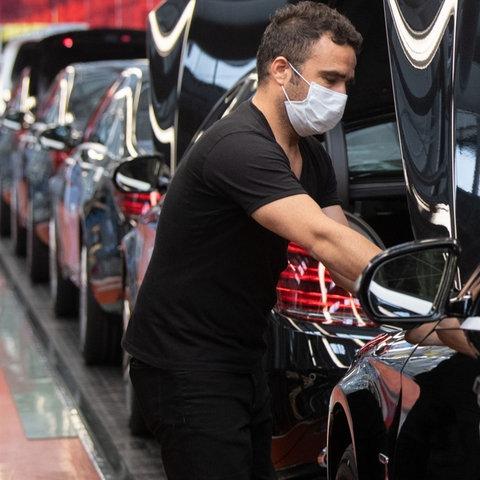 Ein Mitarbeiter arbeitet im Mercedes-Werk in Sindelfingen an einem S-Klasse-Fahrzeug (dpa)