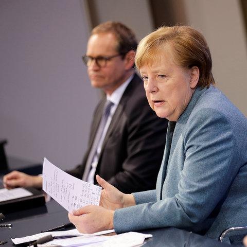 Michael Müller, Angela Merkel und Markus Söder nehmen an einer Pressekonferenz teil. (dpa)