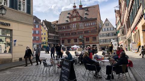 Besucher genießen die  geöffneten Läden und Cafés in Tübingen. ()