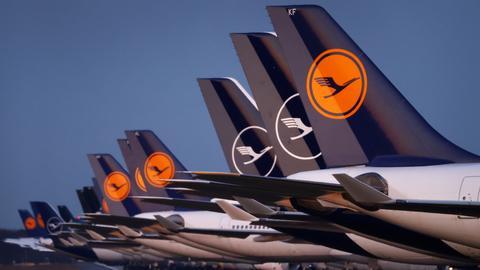 Lufthansa-Flugzeuge stehen auf einem Rollfeld. (REUTERS)