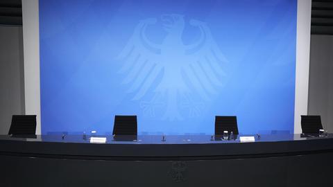 Leere Stühle stehen vor dem Beginn einer Pressekonferenz mit Bundeskanzlerin Merkel  im Kanzleramt. (dpa)