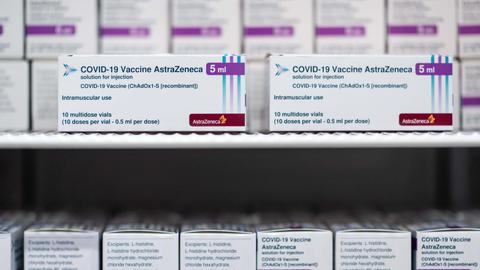 Der Impfstoff der Firma AstraZeneca lagert in einem Kühlschrank im Impfzentrum in Essen (dpa)