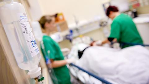 Medizinisches Personal versorgt in einem Krankenhaus einen Patienten.  (dpa)