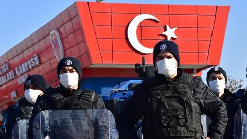 Polizeieinsatzkäfte sichern ein Justizgebäude in Ankara, in dem rund 500 Angeklagten der Prozess gemacht wird (Archivbild vom 26.11.2020). (picture alliance / ASSOCIATED PRESS)