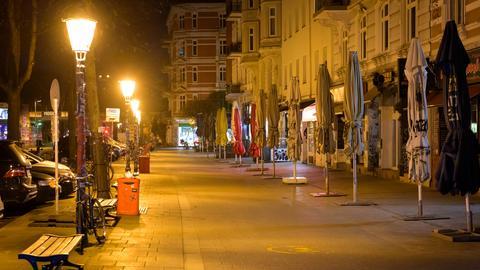 Leere Straße im Hamburger Schanzenviertel während der nächtlichen Ausgangssperre (dpa)