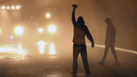 Nordirland: In Belfast liefern sich Jugendliche gewalttätige Auseinandersetzungen mit der Polizei. (AP)