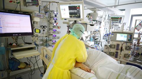 Roland Krabs, Oberarzt, untersucht einen Patienten auf der Covid 19 Intensivstation im SRH Waldklinikum.  (dpa)