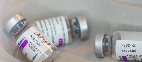 Fläschchen mit dem AstraZeneca-Impfstoff (dpa)