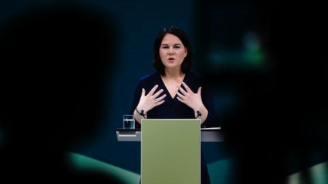 Die Grünen-Vorsitzende Annalena Baerbock gibt eine Pressekonferenz (Archivbild). (dpa)