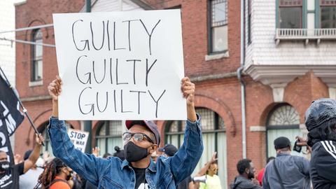 """Ein Demonstrant in Atlanta hält ein Schild mit der Aufschrift """"guilty, guilty, guilty"""" (schuldig, schuldig, schuldig) in die Höhe. (AFP)"""