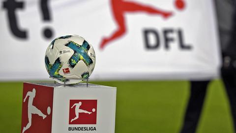 Ein Ball und das Logo der Deutschen Fußball Liga (DFL) (imago/MIS)