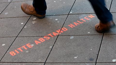"""In der Innenstadt von Hannover ist die Aufforderung """"Bitte Abstand halten"""" aufgesprüht worden. (dpa)"""